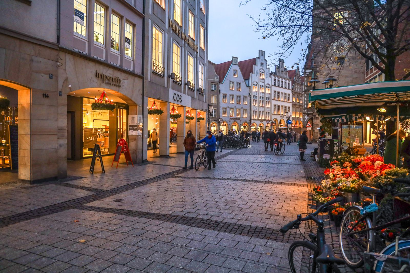 DEU, Deutschland, Nordrhein-Westfalen, Münster, 09.12.2020: Weihnachtlich beleuchtete Hauser in der Fußgängerzone Ludge