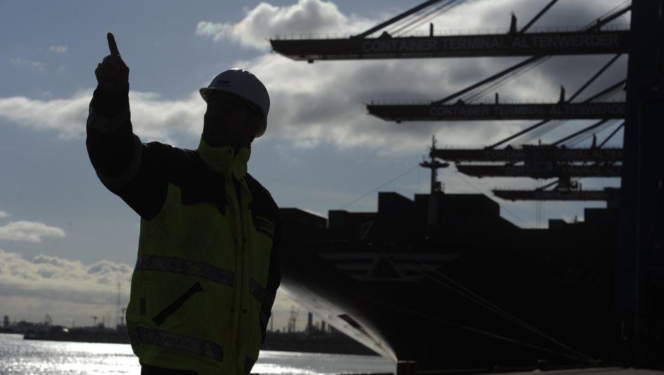 Fertig zum Entladen: Arbeiter vor einem Containerschiff am Container-Terminal Altenwerder im Hamburger Hafen.