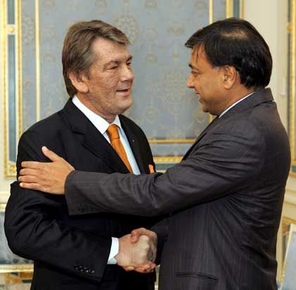 Wirtschaft trifft Politik: Der Ukrainische Präsident Viktor Yushchenko (l.) gratuliert Mittal nachdem, die ukrainische Firma Kryvorizhstal an den Inder verkauft wurde.