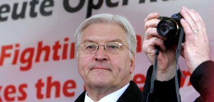 Im Wahlkampf: SPD-Kanzlerkandidat Steinmeier spricht zu Opel-Arbeitern vor dem Opel-Werk in Rüsselsheim