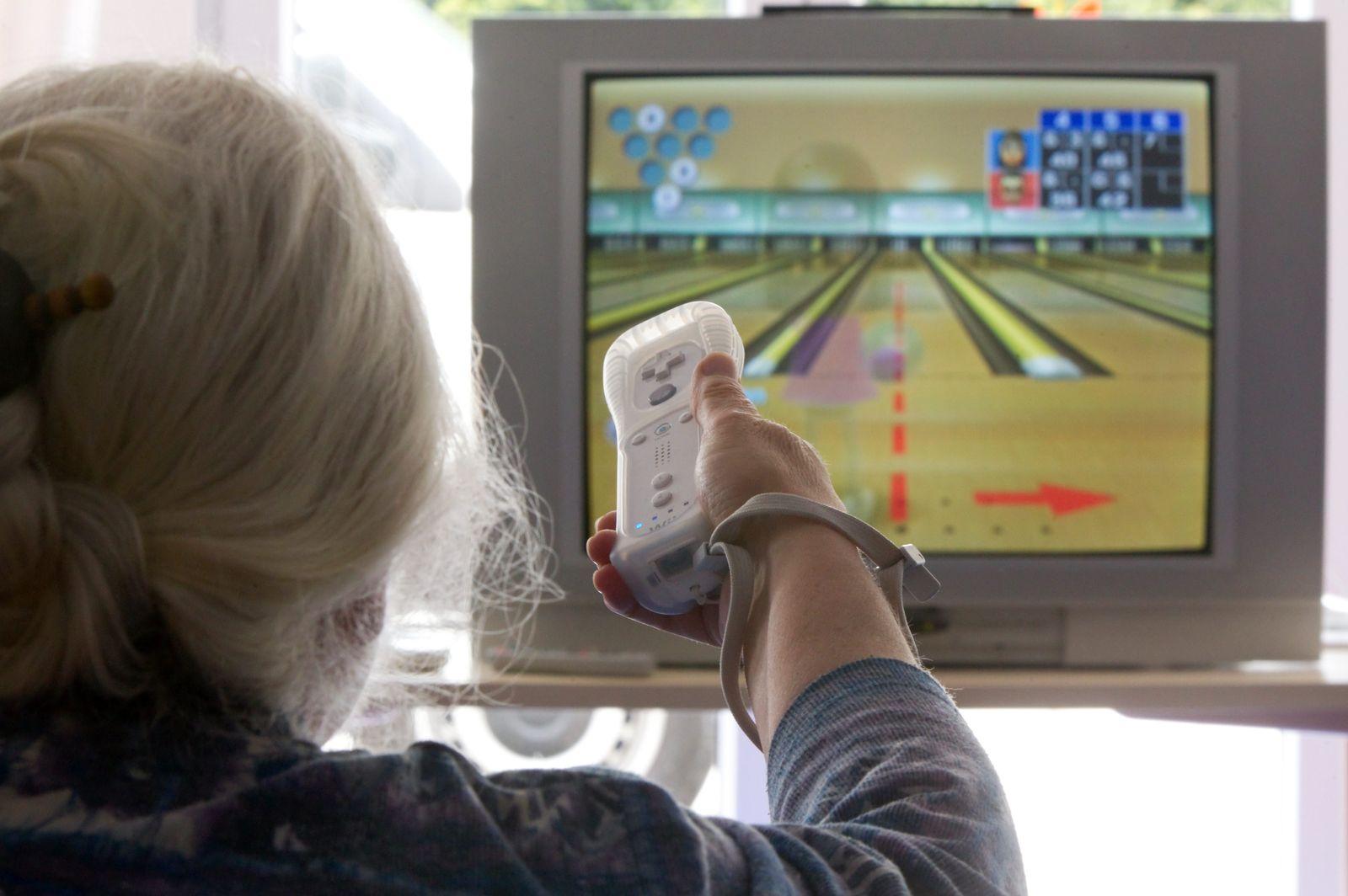 Gesundheit Sturzprophylaxe Senioren spielen Spielkonsolen