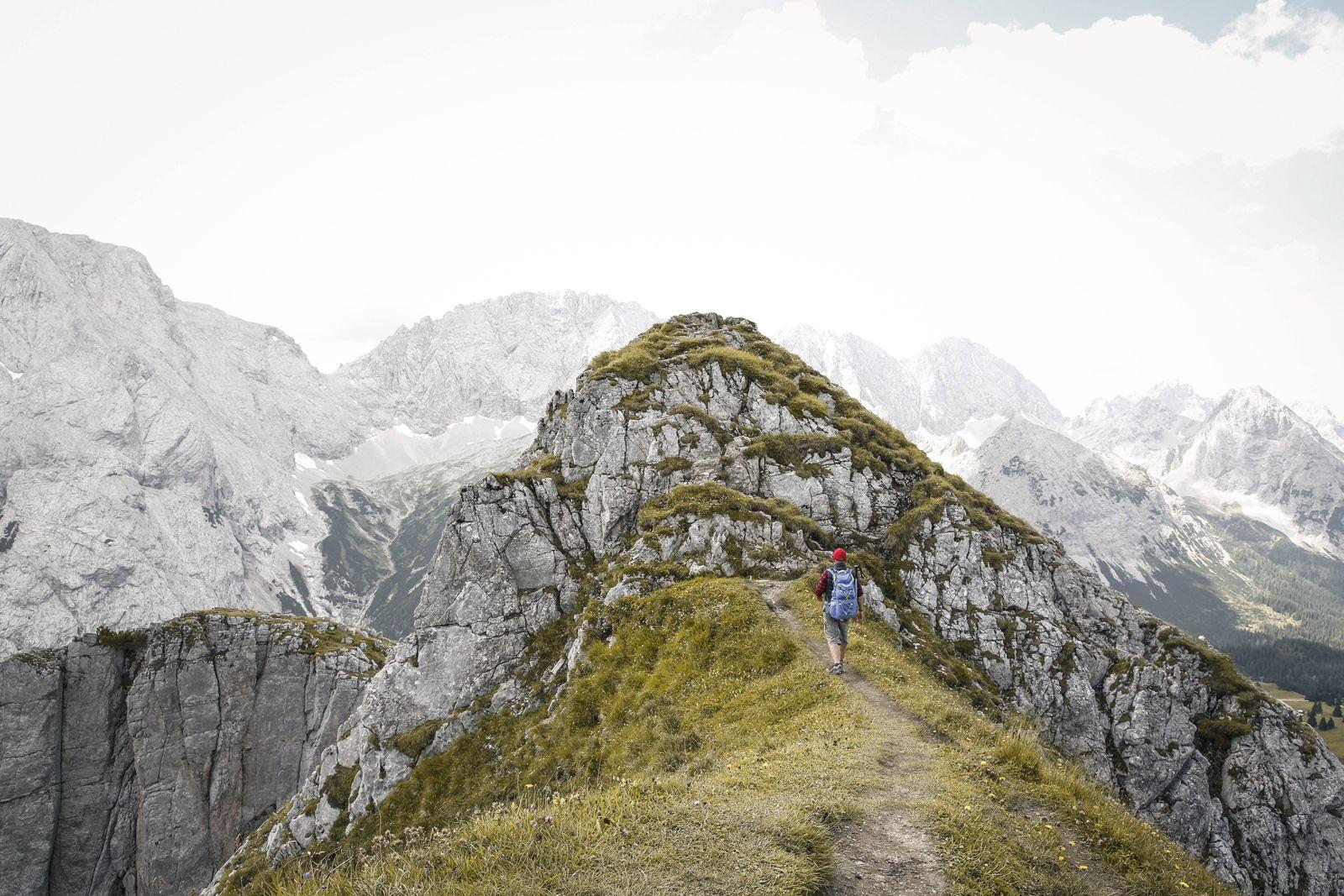 EINMALIGE VERWENDUNG Wandern / Berge / Abgrund