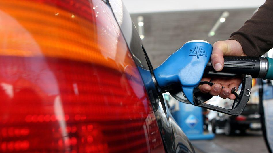 Hohe Benzinpreise setzen den Verbrauchern zu - die Kaufkraft in Deutschland sinkt weiter