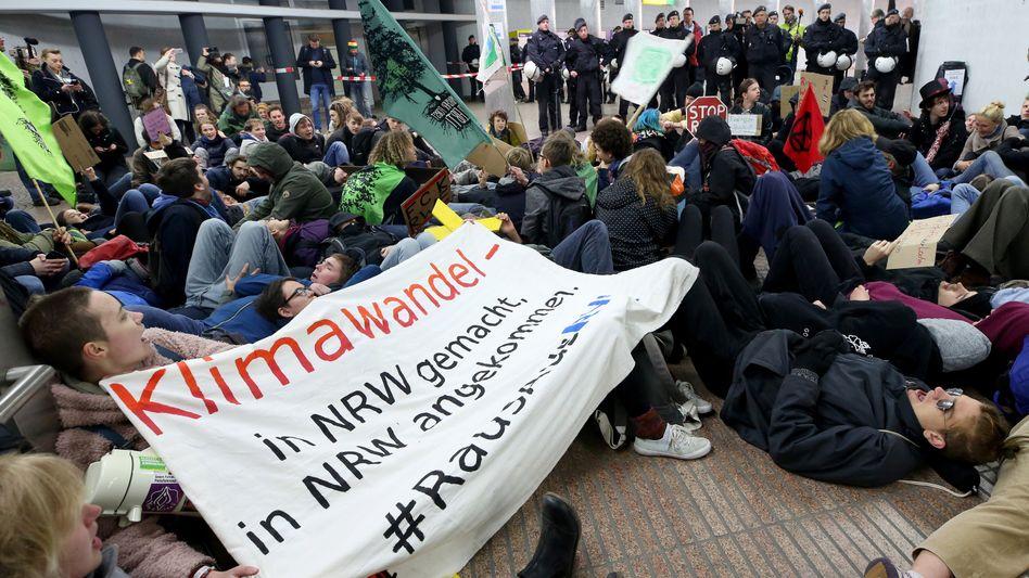 """RWE im Blick: Die Protestbewegung """"Fridays for Future"""" demonstriert vor Beginn der RWE- Hauptversammlung"""