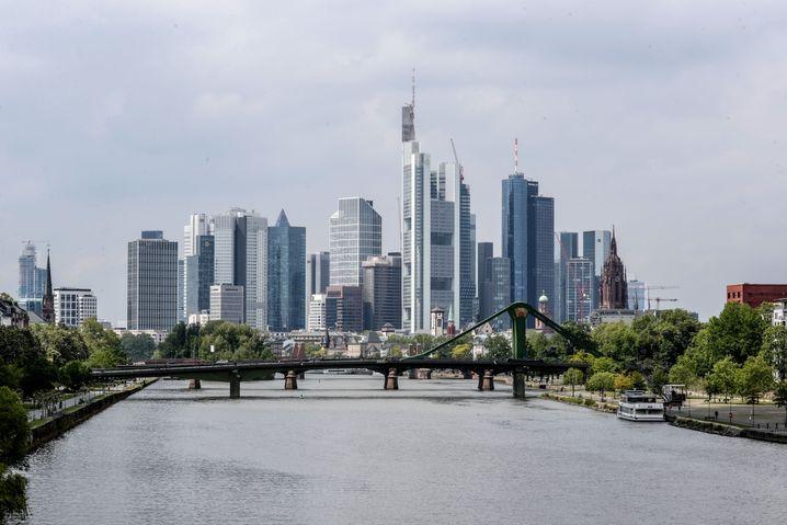 Skyline von Frankfurt: Das Geschäft mit Büro- und anderen Gewerbeimmobilien wird momentan durch die Corona-Krise belastet.