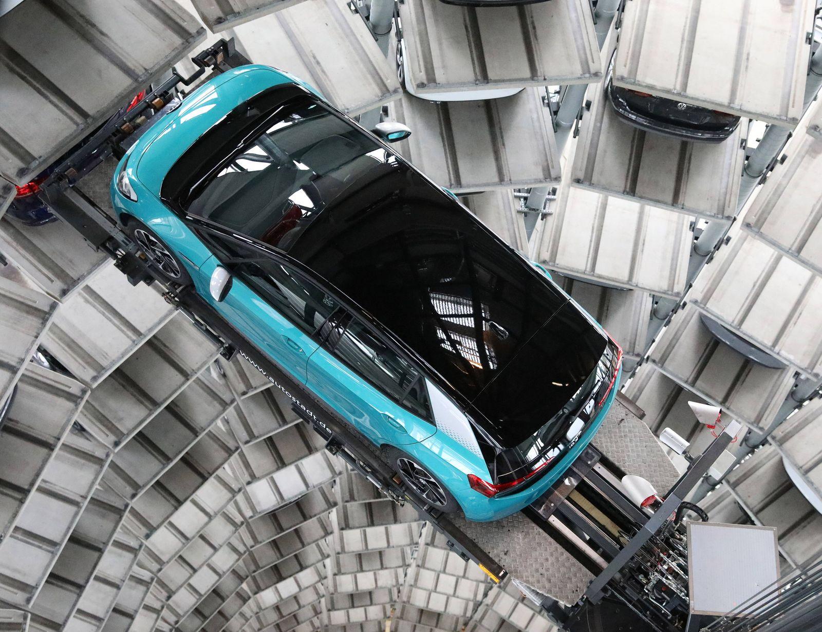 Niedersachsen Wolfsburg, 26.10.2020, Autostadt, VW Turmshooting mit dem vollelektrischen VW ID.3 und VW ID.4. *** Lower