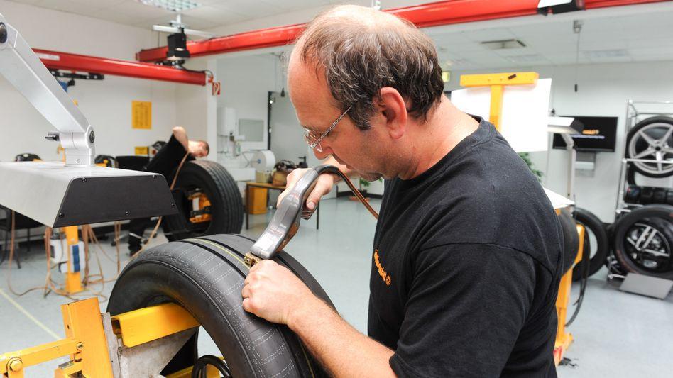 Reifenschnitzer bei Conti: Testprofile des Autozulieferers und Reifenherstellers werden per Hand gefertigt. Mit Glück geht dann so ein Reifen später in Serie