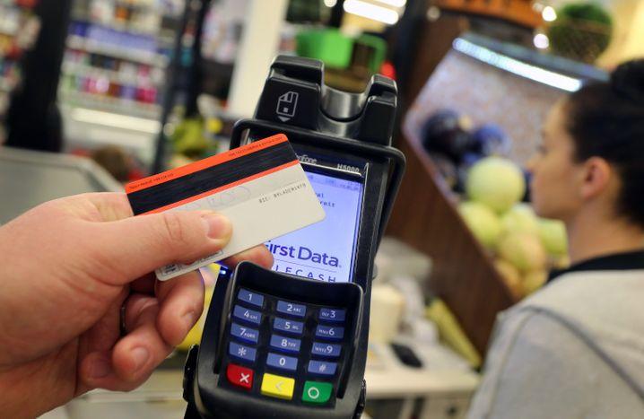 Kontaktloses Bezahlen in einem Supermarkt