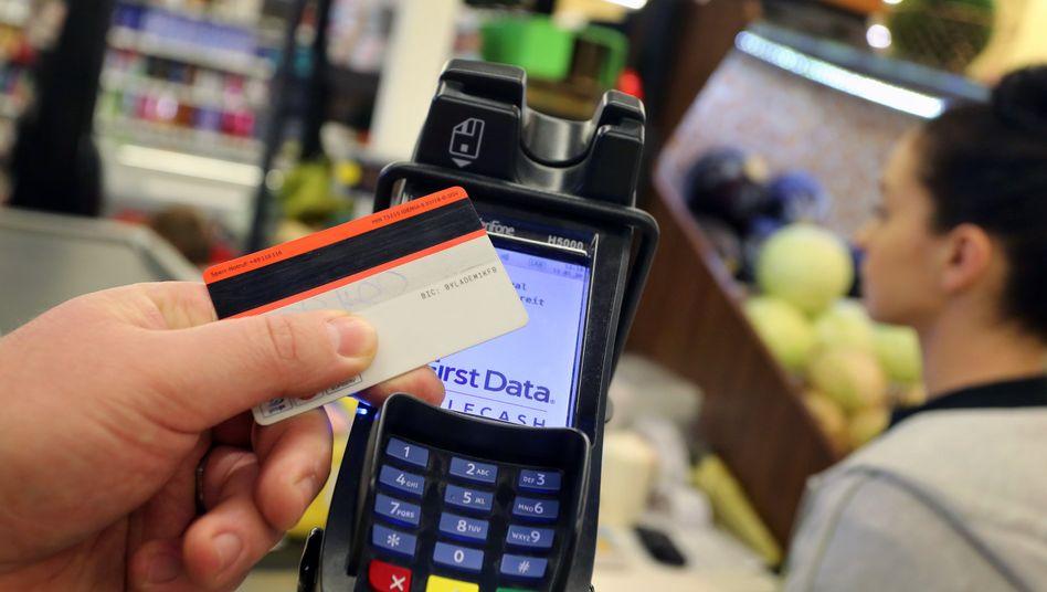 Zahlen, bitte: Die Rechnung an der Supermarktkasse fällt zunehmend höher aus