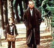 """Spyglass-Kinohit """"The Six Sense"""": Bruce Willis spielt den einfühlsamen Psychologen. An seiner Seite der neunjährige Cole, dargestellt von Haley Joel Osment."""