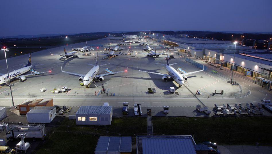 Hunsrück-Airport Frankfurt-Hahn: Die Auslastung sinkt dramatisch. Regionalflughäfen wie Lübeck oder Altenburg stehen vor der Schließung