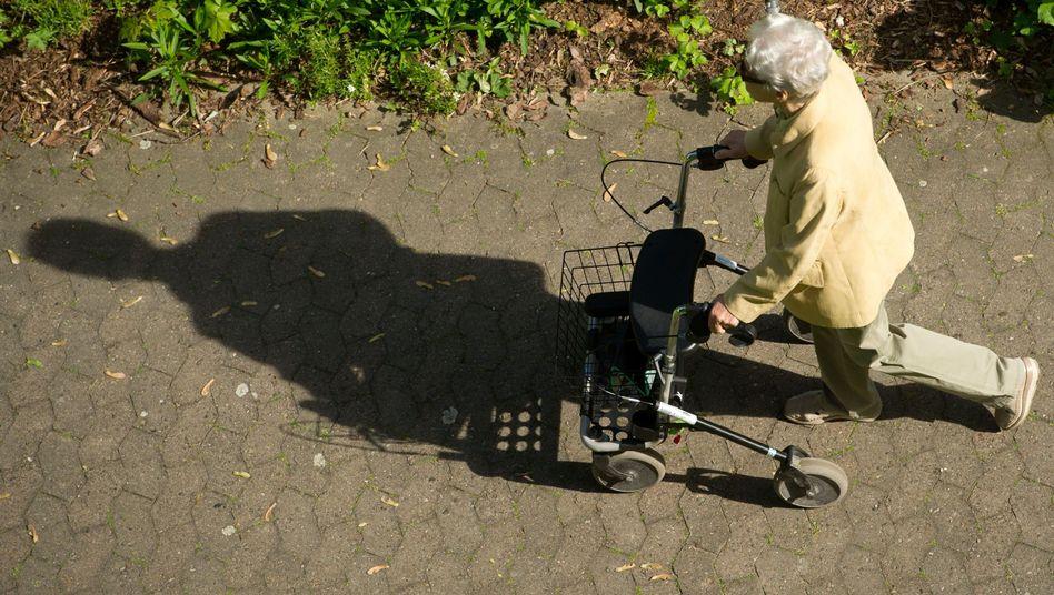 Rentnerin in Hannover: Die Rentenkasse ist gut gefüllt - noch