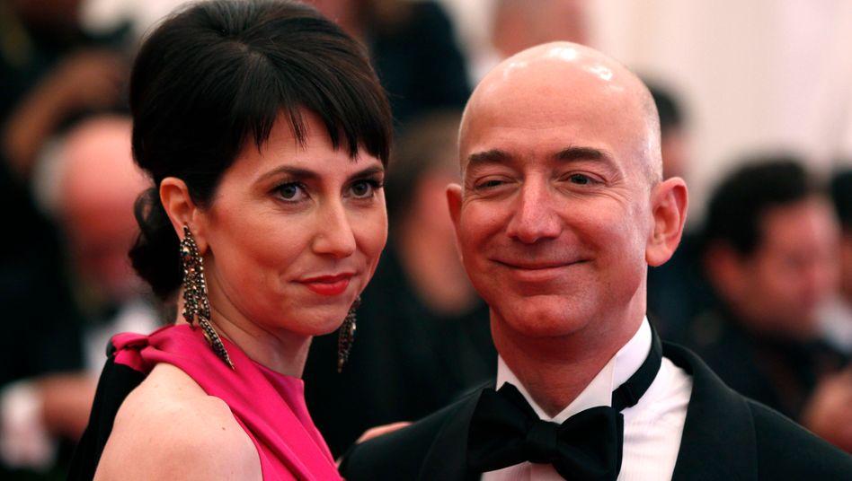 Amazon-Chef Bezos mit Ehefrau: Amazon-Chef Jeff Bezos: Durch Steuervermeidung gehen weltweit bis zu 240 Milliarden Dollar im Jahr verloren