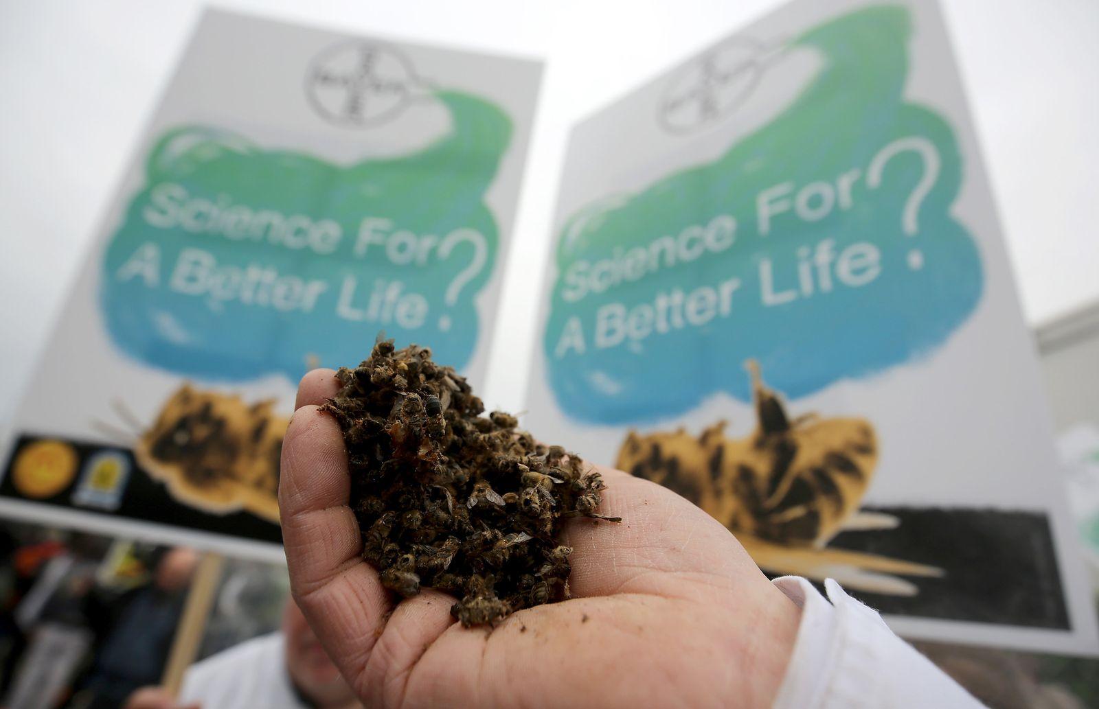 Bayer - Hauptversammlung - Proteste von Umweltschützern