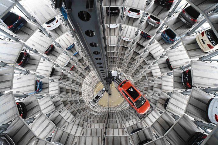 Oktober 2015: Wegen manipulierter Abgaswerte bei Diesel-Motoren ordnet das KBA einen verpflichtenden Rückruf für 2,4 Millionen VW-Fahrzeuge in Deutschland an