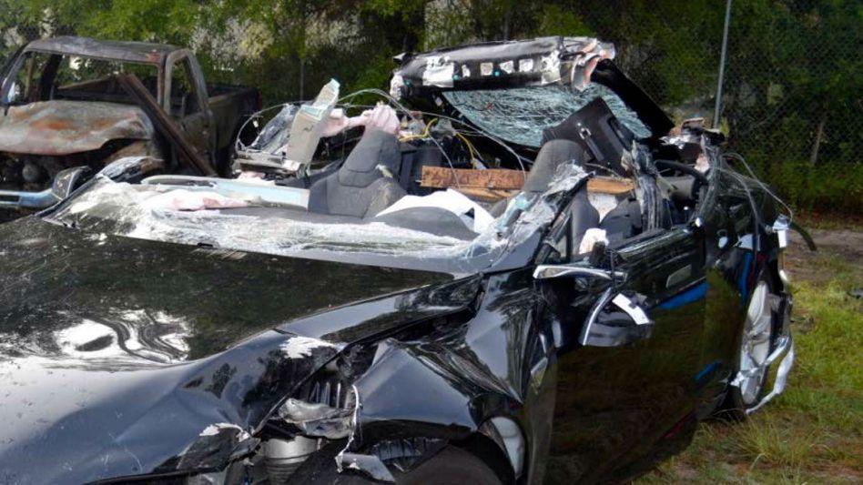 Nur noch Schrott: Der Fahrer dieses Tesla Model S kam bei einem Unfall im Mai 2016 ums Leben, weil er Warnungen des Autopiloten missachtete, heißt es im Untersuchungsbericht
