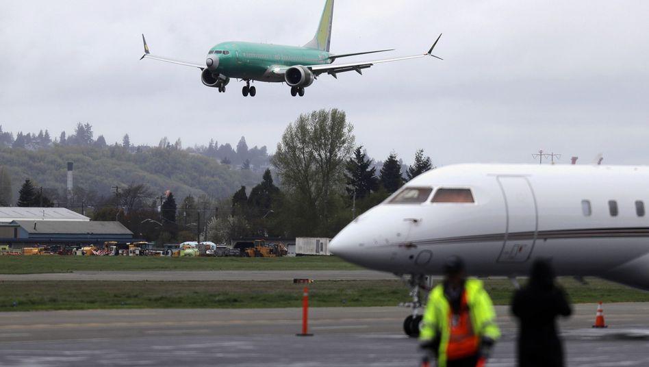 Maschine des Typs 737 Max im Anflug auf den Boeing-Flughafen in Seattle (Archivbild): Nach mehr als einem Jahr werden mit dem Problemmodell wieder Testflüge absolviert.