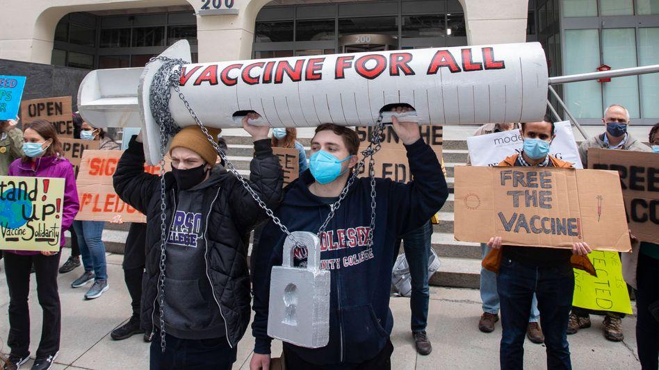 Impfstoff für alle: Protest vor der Zentrale des Impfstoffherstellers Moderna in Cambridge (Massachusetts) am 28. April