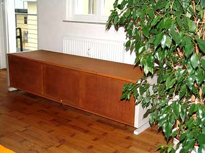 Passt in jede Nische: Flachschrank aus Holz und Beton