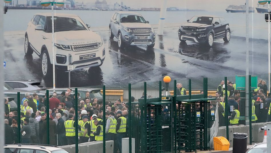 Arbeiter von Jaguar Land Rover bei Liverpool: Die Brexit-Turbulenzen bewegen auch die Finanzwerte des Autoherstellers.