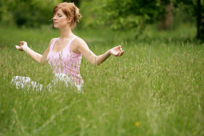 Meditierende Frau: Mit innerer Ruhe zu mehr Rendite