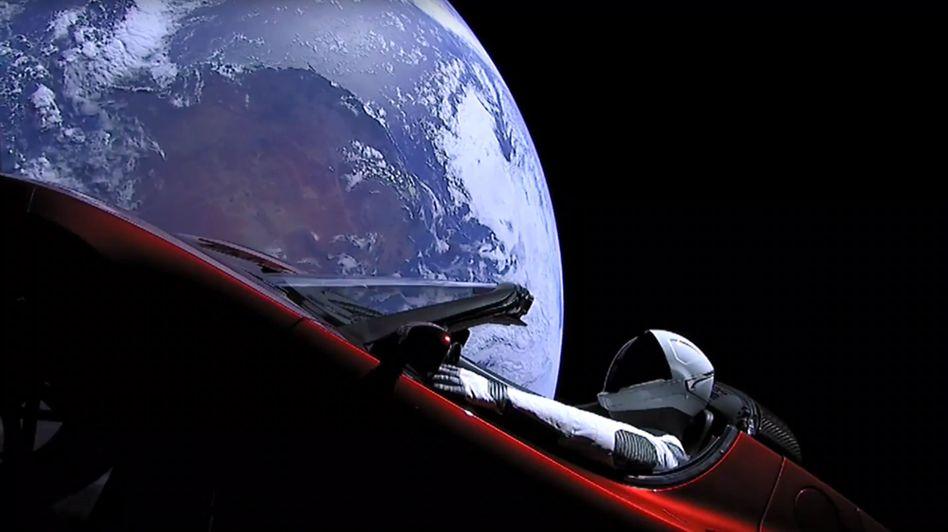 """Ein Tesla mit der Astronautenpuppe """"Starman"""" kreist schon durchs All. In Kürze will Space X mit seiner """"Falcon Rocket"""" auch Weltraumtouristen ins All schicken"""