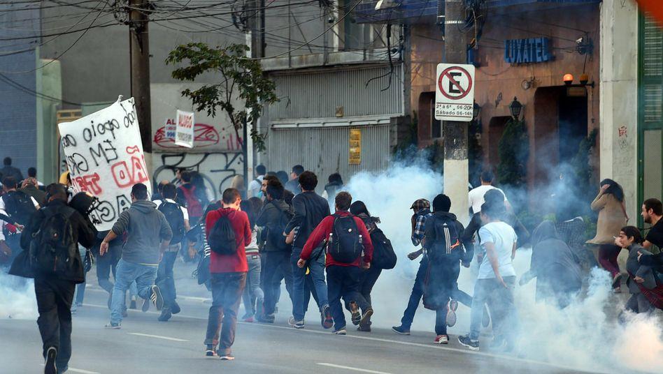 Tränengas gegen Demonstranten in Sao Paulo: Noch zu Wochenbeginn gab es schwere Konflikte mit der Polizei. Nicht zuletzt die Versicherer hoffen, dass die WM ohne größere Störungen über die Bühne geht