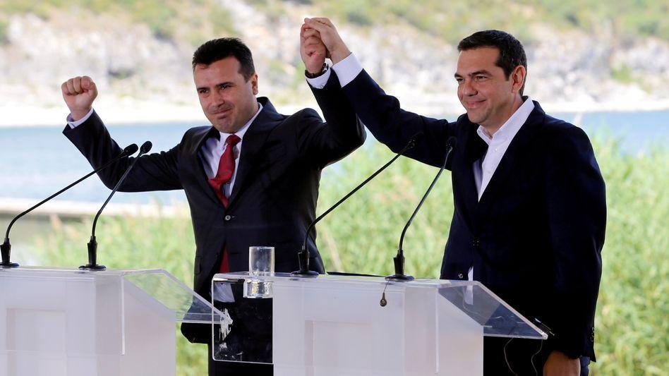 """Streitbeilegung: Zoran Zaev, Ministerpräsident von Mazedonien (l.), und Alexis Tsipras, sein griechischer Amtskollege, unterzeichneten am vergangenen Sonntag eine Vereinbarung zur Umbenennung der ehemaligen jugoslawischen Teilrepublik in """"Republik Nord-Mazedonien"""""""