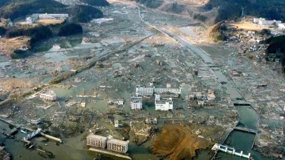 Nordosten Japans am härtesten getroffen: Die Stadt Minamisanriku ist unter Wasser und Schlamm begraben