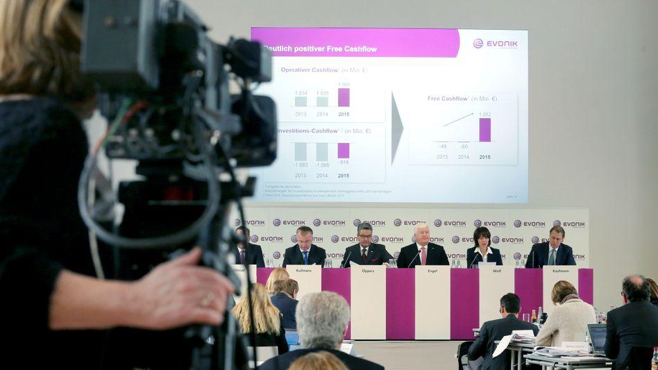 Im Zentrum: Christian Kullmann (5. v. r.), künftiger Evonik-Chef, auf der Pressekonferenz des Konzerns.