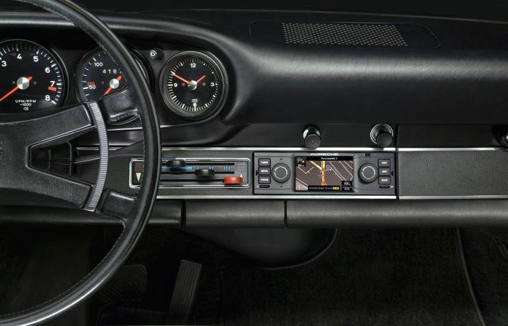 Neue Technik für historische Porsche-Modelle: Die Klassik-Abteilung des Stuttgarter Sportwagenherstellers hat ein Navigationsgerät im Programm, das sich ins Oldtimer-Design einfügt.
