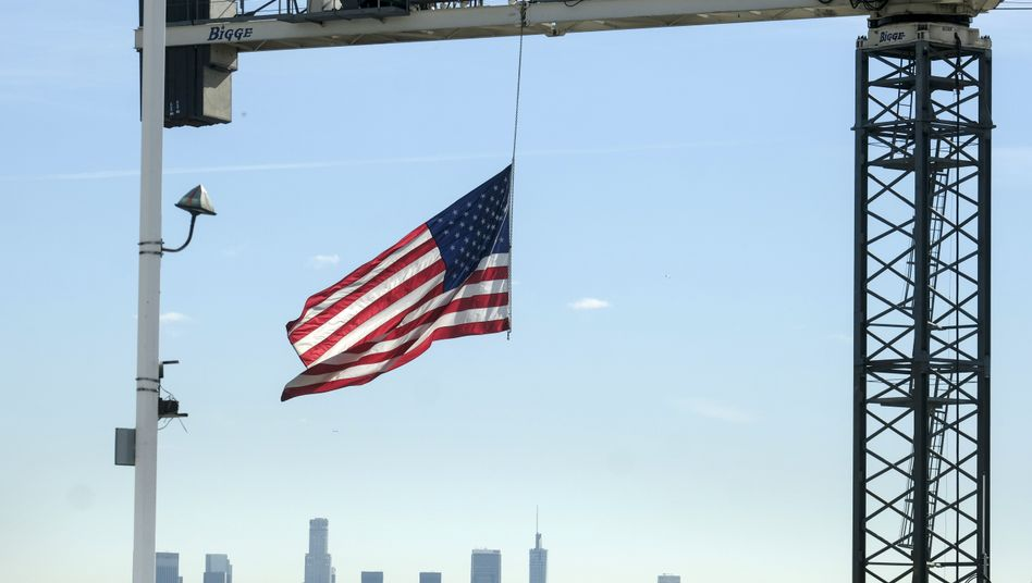 US-Flagge vor der Skyline von Los Angeles, USA: US-Konzerne sind weiter größte ausländische Investoren in Deutschland, steckten ihr Geld 2019 aber vermehrt in Unternehmen in Großbritannien und Frankreich