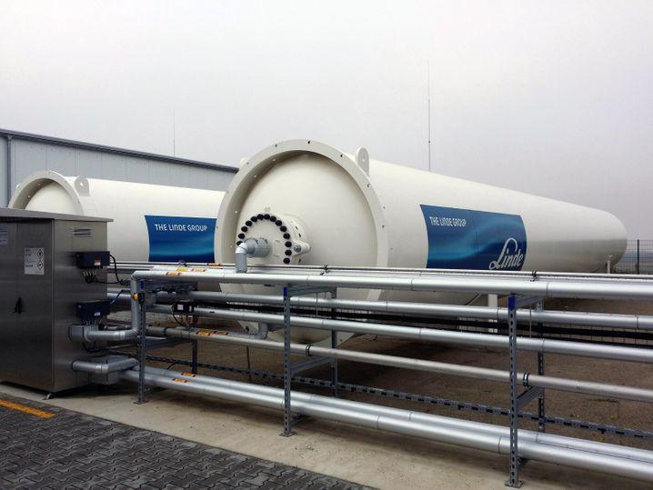 Speichertanks in der weltgrößten Wasserstoff-Elektrolyseanlage in Mainz: In einen der 22 Meter langen Tanks passen 500 Kilogramm Wasserstoff - bei 200 bar Verdichtung