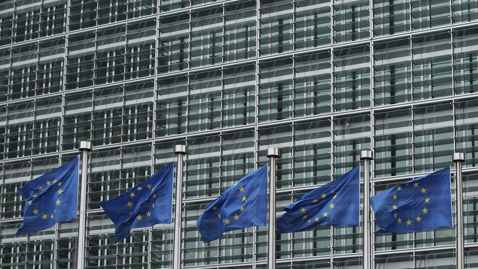 Flaggen vor EU-Gebäude in Brüssel: Der deutsche Bundestag will die Beschlüsse für die geplante Fiskalunion unter die Lupe nehmen