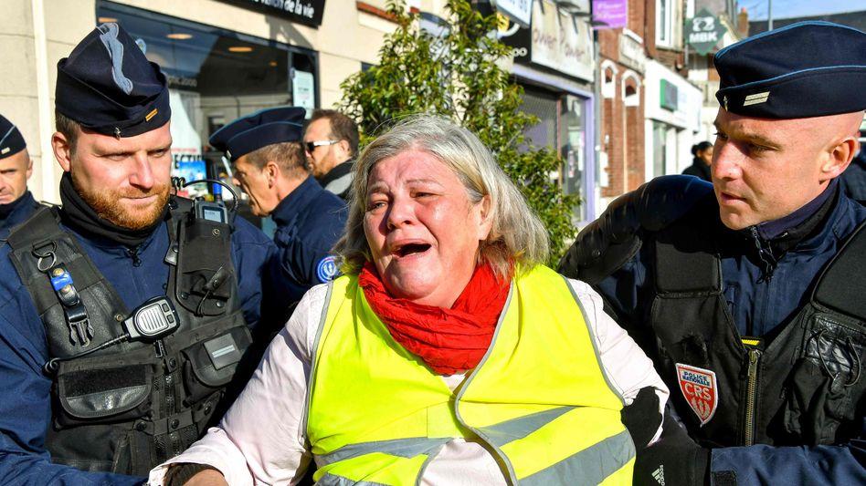 Bis zu 1,98 Euro pro Liter: Frankreichs Autofahrer protestieren mit gelben Warnwesten gegen Macrons geplante Steuererhöhung