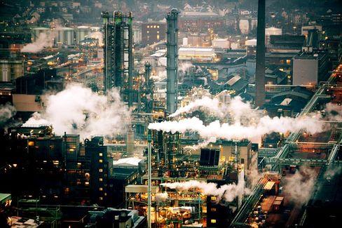 Langsam rauchen die Schornsteine wieder: Chemische Industrie erwartet mehr Schwung im zweiten Halbjahr