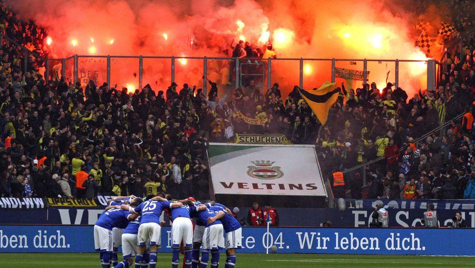 Flammen im Stadion: Auf Ddeutsche Clubs könnten Forderungen der EU-Kommission zukommen