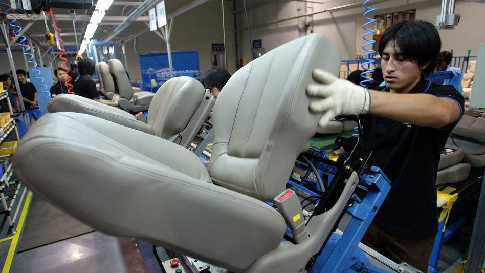 Hoffen auf Fernost: Fertigung von Autositzen in einem Werk des Zulieferers Johnson Controls in Peking