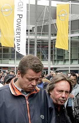 Nach der Abstimmung:Opel-Mitarbeiter verlassen die Belegschaftsversammlung