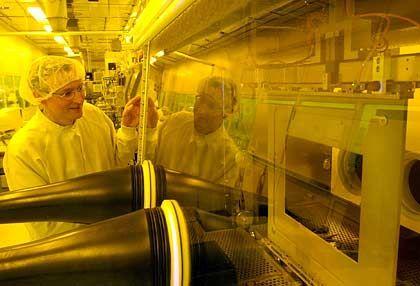 Herstellung im Reinstraum: Karl Leo von der Technischen Universität Dresden an einer Inline-Beschichtungsanlage