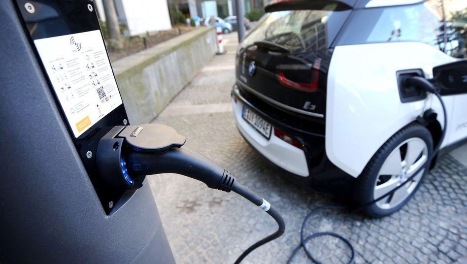 Ein Elektroauto tankt Strom an einer Ladesäule