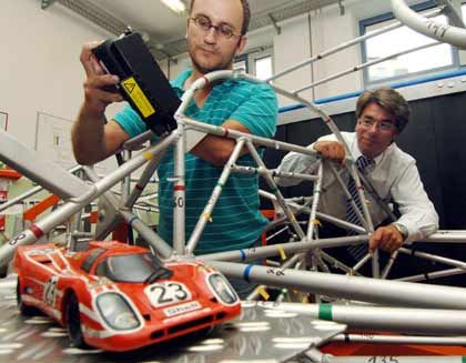 """Restauration einer Legende: Laborleiter Andreas Vollmann (l.) und Maschinenbau-Professor Johannes Gartzen untersuchen das Skelett des """"Le Mans""""-Porsche"""