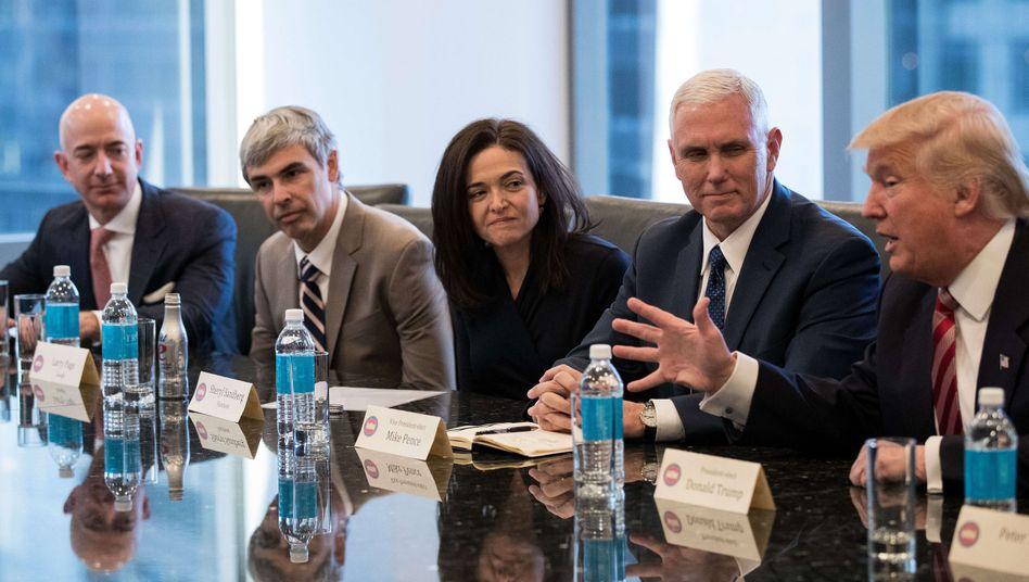 Donald Trump (r.) mit Größen aus dem Silicon Valley im Jahr 2016: Amazon-Chef Jeff Bezos, Alphabet-Chef Larry Page, Facebook-Vorstand Sheryl Sandberg und Vize-Präsident Mike Pence (von links)