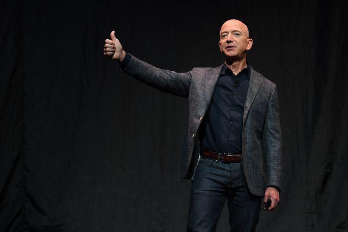 Weiterhin der reichste Mensch des Planeten: Sollte das Kursplus halten, dürfte Bezos' Vermögen auf 129 Milliarden Dollar anschwellen.