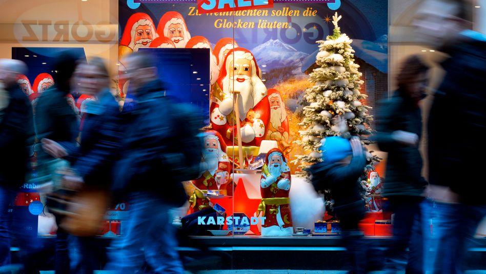 Weihnachtseinkäufe: Viel Geld für Geschenke, die selten gefallen
