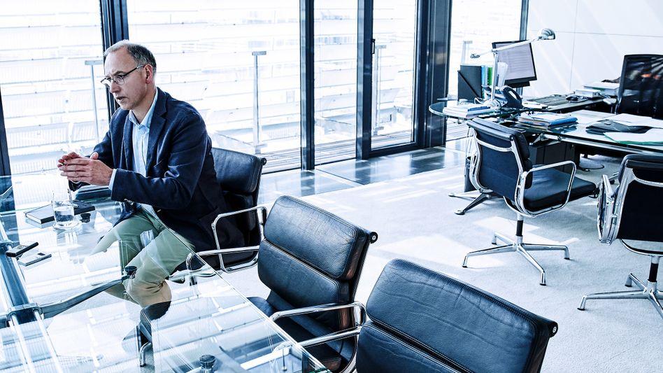 """Gläserner Konzern? Bayer-Chef Werner Baumann (hier in seinem Büro) setzt auf eine Transparenz-Offensive. Motto: """"Erklären, erklären, erklären."""""""
