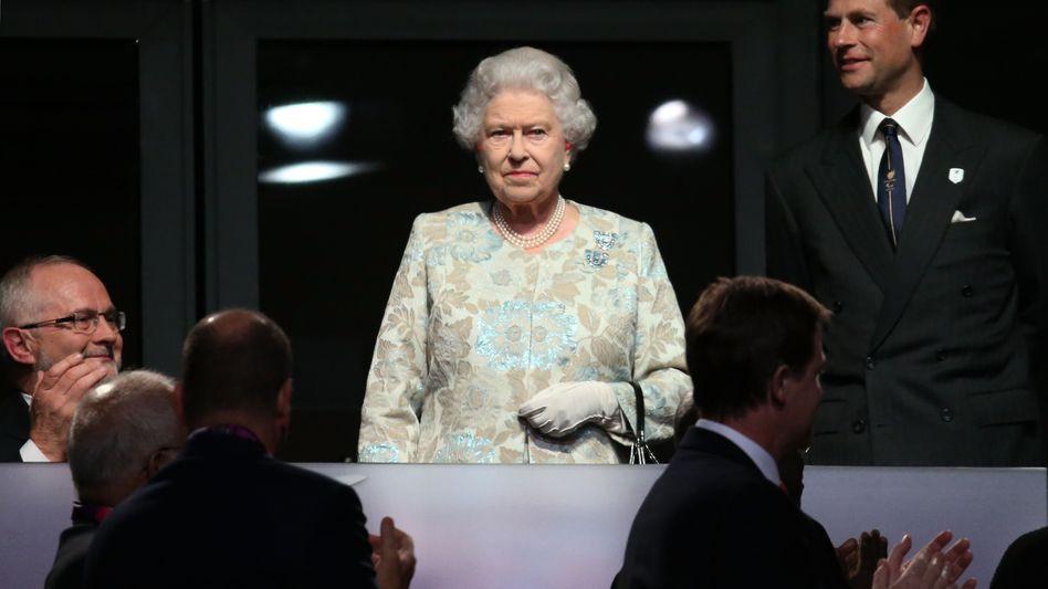 Queen Elizabeth II. (mit Prinz Edward): Die britische Monarchin erklärte am Mittwochabend die 14. Paralympics für eröffnet