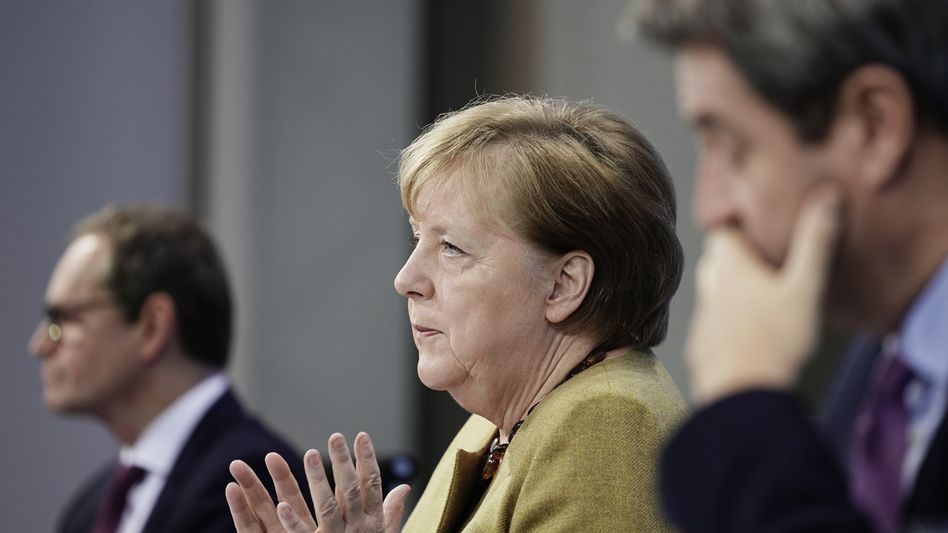 Es wird wohl härter und länger: Am Dienstag beraten Bundeskanzlerin Angela Merkel (m.), Bayerns Ministerpräsident Markus Söder (r.) und der regierende Bürgermeister von Berlin, Matthias Müller (l.) mit den anderen Ministerpräsidenten der Länder über weitere Maßnahmen in Kampf gegen die Pandemie