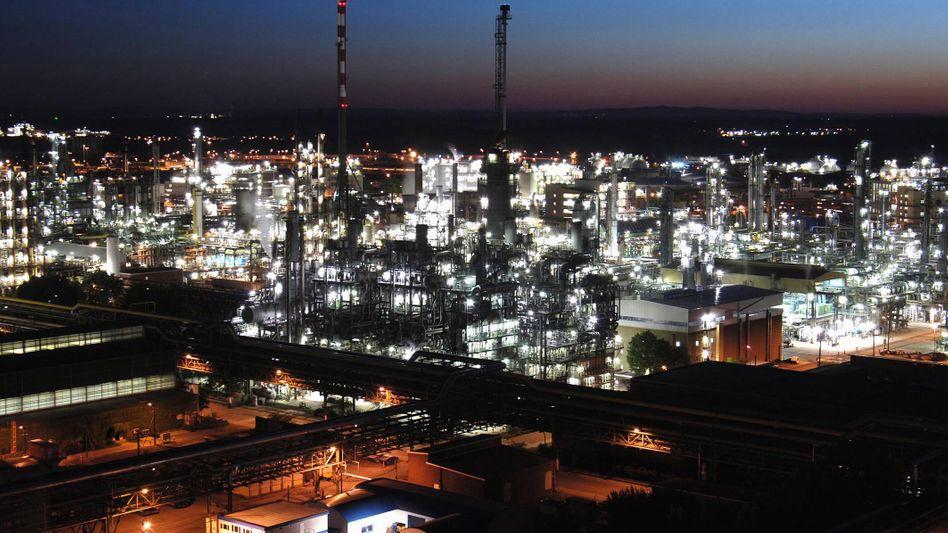 Chemiewerk der BASF in Ludwigshafen: Die deutsche Industrie ist vergleichsweise hoch verschuldet