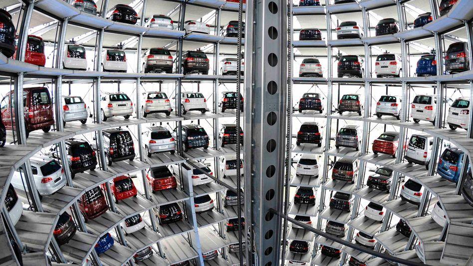 Volkswagen-Auslieferungsturm in Wolfsburg: Branche büßt Umsatz ein
